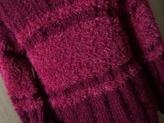 ワイン色のロングセーターの画像