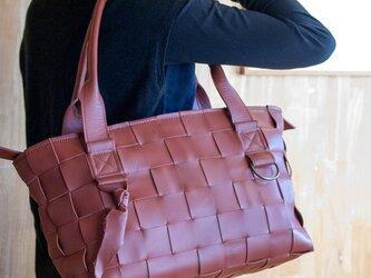 編みレザートートバッグS (牛革) 赤茶色の画像