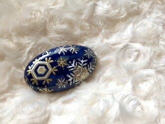 紺地金彩 雪の結晶 帯留めの画像
