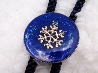 まるいループタイ 青い雪の画像