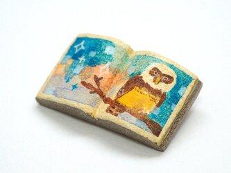 絵本みたいな陶土のブローチ《メガネフクロウの空》の画像