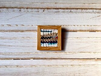 木と裂き織りのブローチ L03の画像