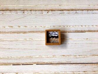 木と裂き織りのブローチ 小14の画像