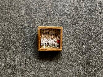 木と裂き織りのブローチ 小16の画像