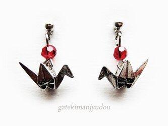 小さな折り鶴のピアス/赤【イヤリング変更可】の画像