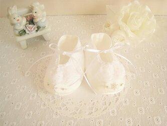 かわいい雪の結晶ビーズ刺繡のベビーシューズ(白)の画像