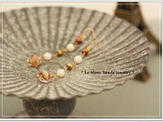 白サンゴとマーブルチェコのピアス(beige)の画像