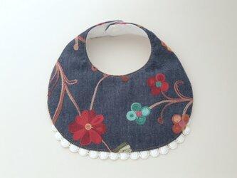 鮮やかなお花柄刺繍のデニムスタイの画像