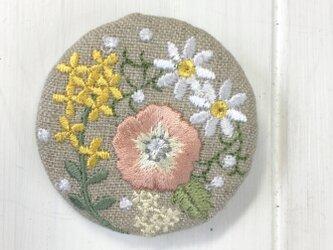 リネン 春を待つ 花いっぱいの刺繍のブローチ丸G2の画像