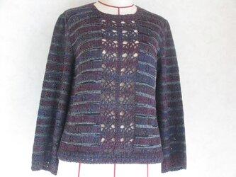 シックな色のセーターの画像