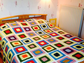 グラニースクエアの手編みベッドカバーの画像