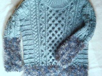 アラン模様とファーヤーンのオフタートルネックセーターの画像