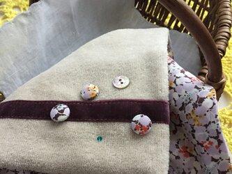 リバティくるみボタン飾りのハンドタオルの画像