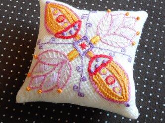 【送料無料!】刺繍のピンクッション『fiower&nuts』の画像