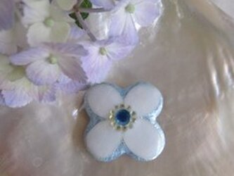 白い花の帯留の画像