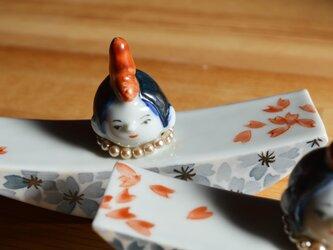 シックな薄墨桜をまとった 雛飾りの画像