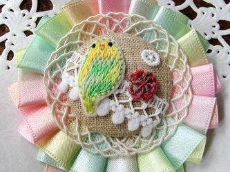 刺繍ブローチ・花とインコ(グリーン)の画像