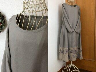 裾切替薔薇柄タックフレアーロングワンピースの画像