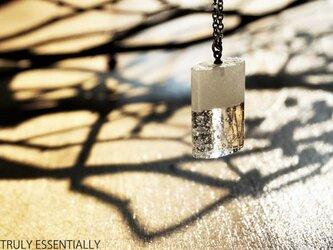 純白透明ガラスのネックレス - 「 白のかおり 」#1 ● 高さ20mmの画像