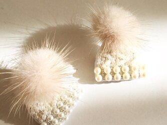 ふわふわファー付ニット帽ブローチの画像