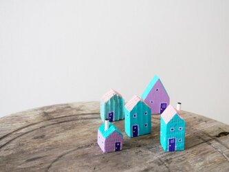 painted driftwood art 青い屋根のロッジのある街並みの画像