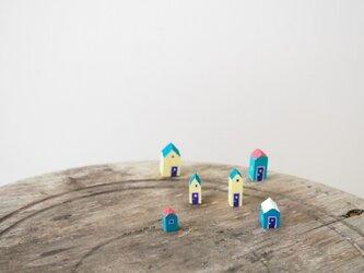 painted driftwood art 小さな小さなお家のある街並みの画像
