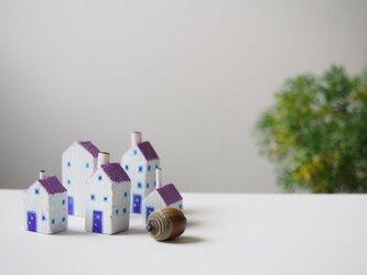 painted driftwood art 白い壁と紫の屋根の街並みの画像