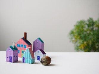 painted driftwood art 煙突のある家と小さな家の街並みの画像