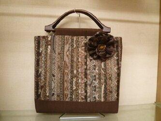 アンティーク泥大島のバッグにお花のブローチ付きの画像