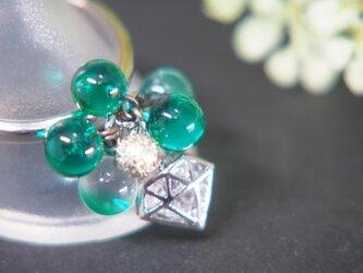 ダイヤのリング 緑の画像