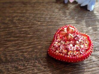 赤のハートのブローチ(ビーズ刺繍)の画像