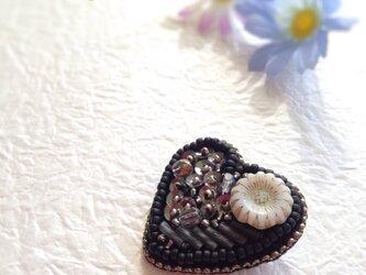 黒のハートのブローチ(ビーズ刺繍)の画像