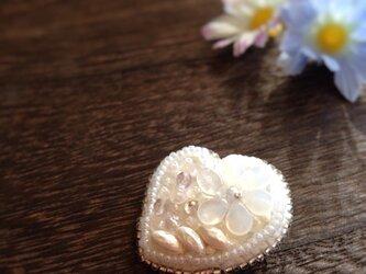 白のハートのブローチ(ビーズ刺繍)の画像