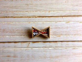 木と裂き織りのブローチ リボン01の画像