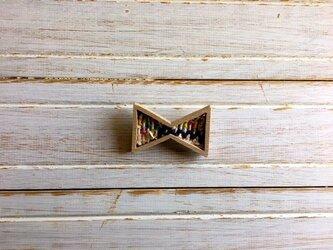 木と裂き織りのブローチ リボン03の画像