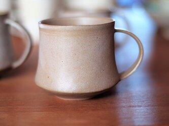 カフェオレ色のマグカップの画像