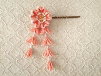 〈つまみ細工〉藤下がり付き桜のヘアピン(サーモンピンク)の画像