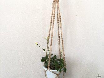手芸用麻糸で作ったマクラメ編みプラントハンガー/茶色のウッドビーズの画像