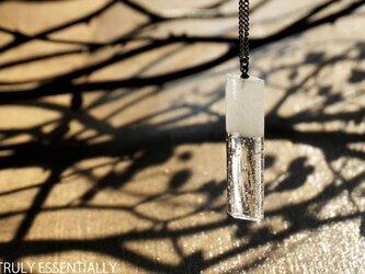 純白透明ガラスのネックレス - 「 白のかおり 」#2 ● 高さ 約35mmの画像