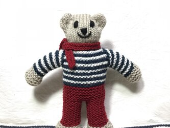 knit kuma in red pantsの画像