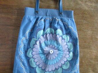 青い花の大型ギャザーバッグの画像