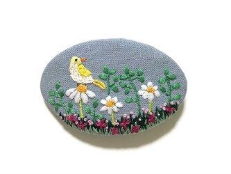 手刺繍バレッタ*野原の小鳥の画像