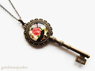 鍵のアンティーク風ネックレス/薔薇と蝶【長さ変更可】の画像