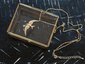 サファイアのしずくを運ぶツバメのロングネックレスの画像