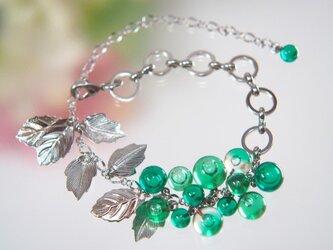 緑のつぶつぶと葉っぱのブレスレットの画像
