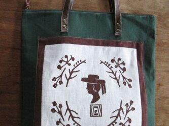 シルエット女性のバッグの画像
