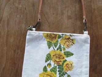 黄色いバラのお散歩ポーチの画像