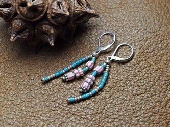 ベネチアシマシマピンクとターコイズブルーの2連ピアスの画像