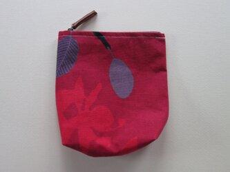 赤い花と紫の実のポーチの画像