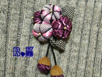 パープルのネクタイリメイクの花のどんぐり帽のブローチの画像